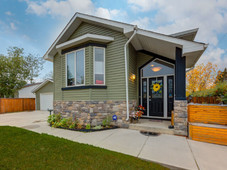 1476 sq foot bilevel in bowness, fully developed, on 68 foot lot